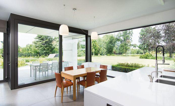 Les grandes vitres avec une porte en verre, les baies vitrées ou les façades en verre sont très populaires.