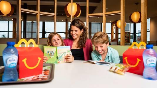 Tijdens de Kinderboekenweek zitten er in de Happy Meals van McDonald's geen speeltjes, maar leesboekjes.