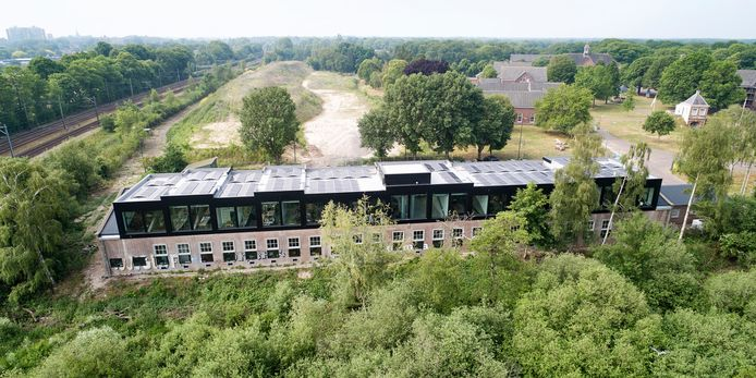 De kantoren in de voormalige 'theaterzaal' zijn in gebruik genomen.