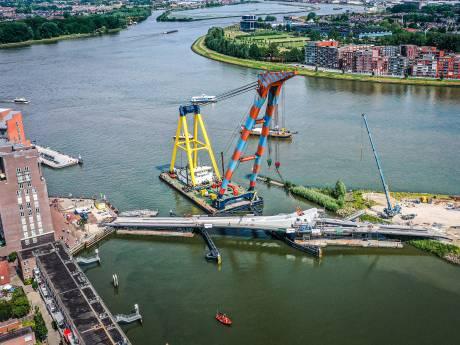 Spectaculaire hijsklus bij Prins Clausbrug: 'valbrug' wordt op z'n plek gezet