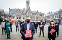 Burgemeester Dirk De fauw (centraal) met het boek 'Beeld van de stad'.