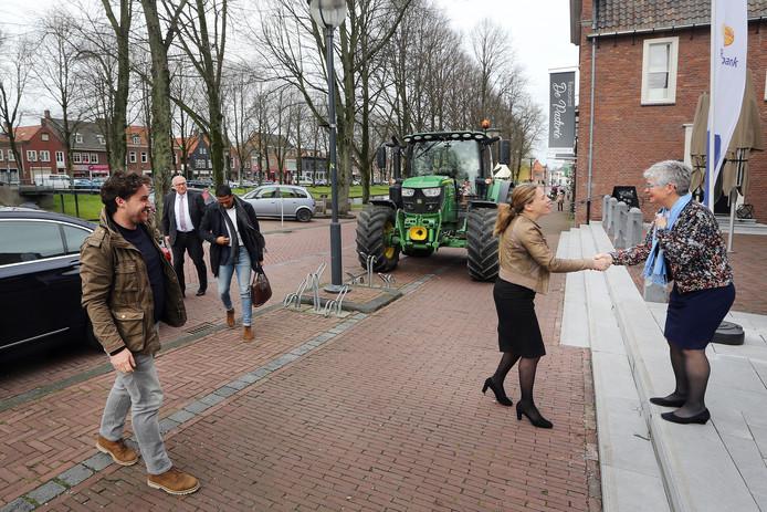 Carola Schouten (Minister van Landbouw, Natuur en Voedselkwaliteit, viceminister-president) wordt door JannieMeeuwisse (R) van 'Vrouwen van Nu' welkom geheten op het evenement 'Lang Leve Lekker'.