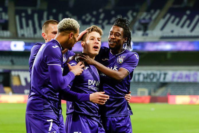 Z'n ploegmakkers feliciteren Verschaeren met een goal.