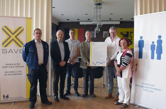 Onder meer burgemeester Johan Leysen (tweede van rechts), schepen van Mobiliteit Werner Hens (tweede van links) en plaatsvervangend korpschef van politiezone Balen-Dessel-Mol Willy Vanhoof (links) waren aanwezig bij de ondertekening.