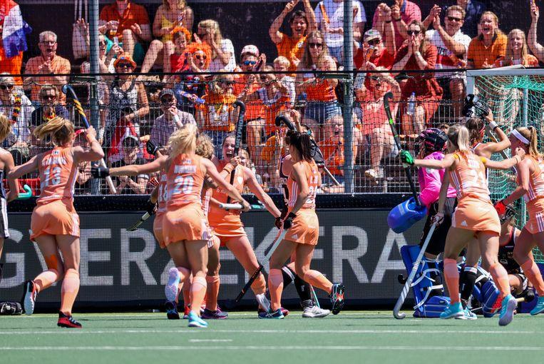 Vreugde bij de spelers van Nederland na het scoren van de 1-0. Beeld Hollandse Hoogte /  ANP