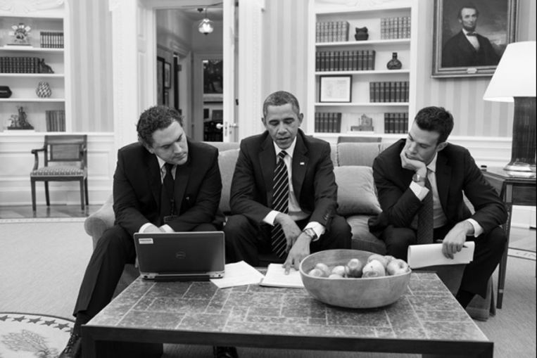 Obama, een stafmedewerker en Favreau (rechts) nemen speech door. Beeld Pete Souza