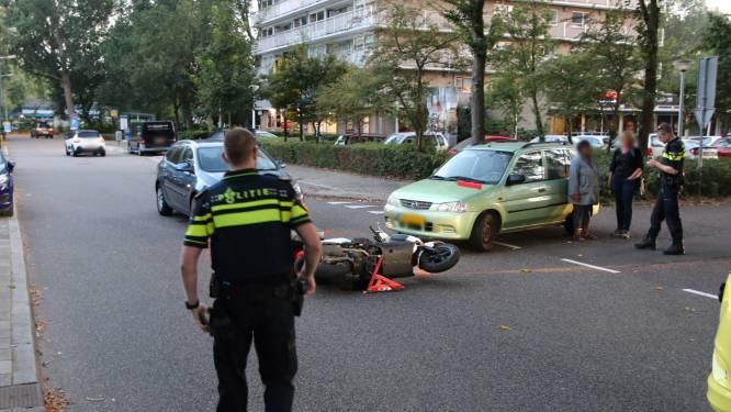 Automobilist ziet maaltijdbezorger op scooter over het hoofd op Mozartlaan in Delft