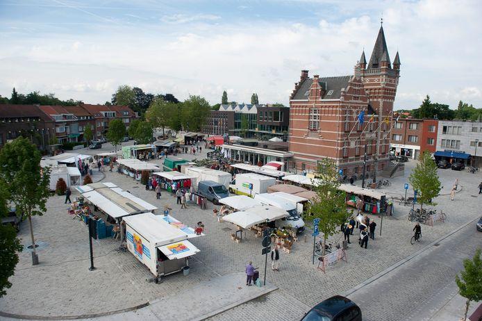 De Edegemse dinsdagmarkt op het Gemeenteplein.