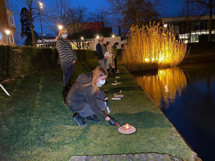 Tijdens de symbolische actie werden kaarsjes op het water gelaten