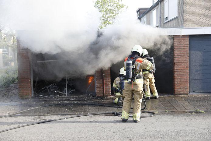 Oldtimer brandt volledig uit bij brand in garagebox in Roosendaal