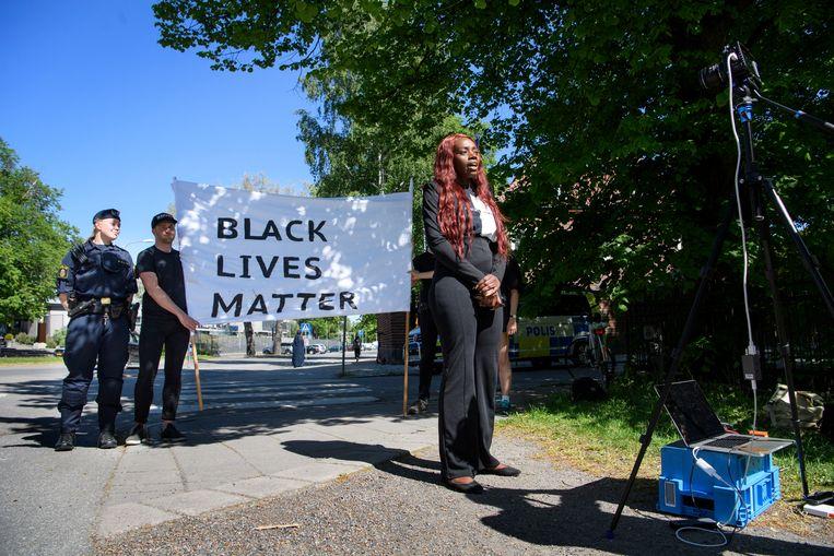 Wit en zwart solidair in hun steun voor de demonstranten na de dood van George Floyd, aan de Amerikaanse ambassade in Stockholm, Zweden. Beeld EPA