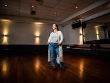 Geen muziek, geen dansers, het is nog steeds stil in de dansschool; tijd voor actie
