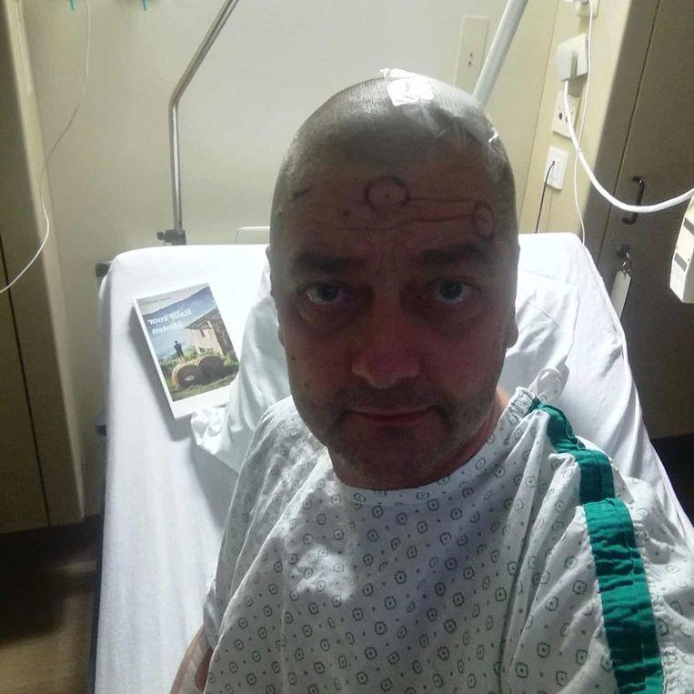 """Hervé na zijn operatie: """"De tumor is volledig verwijderd. De operatie is volledig geslaagd. Na een dagje op intensieve lig ik nu op mijn kamer. Alles werkt. Ik voel me goed."""""""