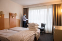 Het Amrâth Hotel Brabant sloot 1 december 2020 de deuren, hotelmanager Onno van der Mierden in een van de hotelkamers waar nu arbeidsmigranten worden ondergebracht.