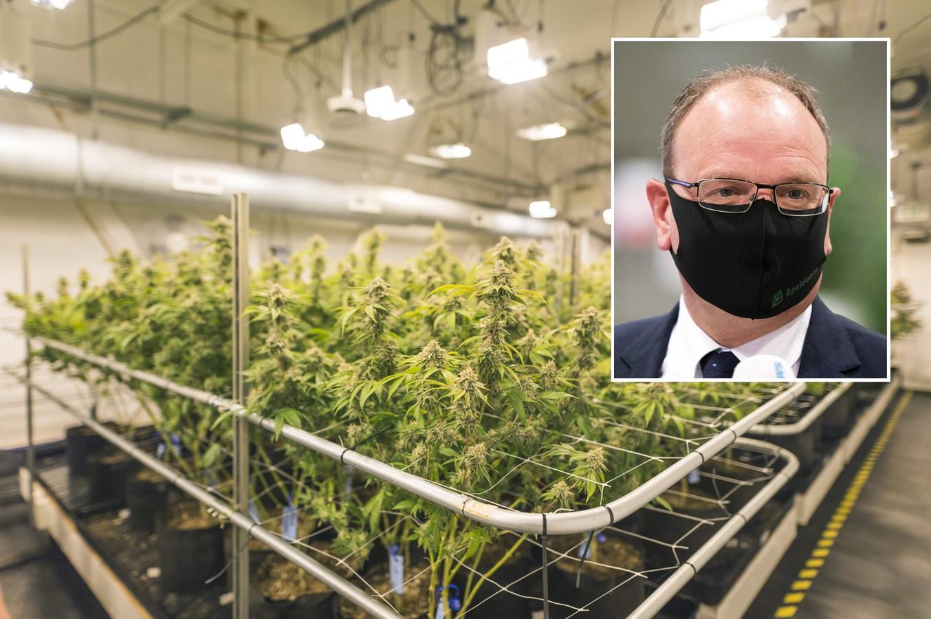 Burgemeester Ton Heerts houdt vast aan het sluiten van een drugspand in Apeldoorn. Complicaties doordat het coronatijd is vindt hij niet relevant.