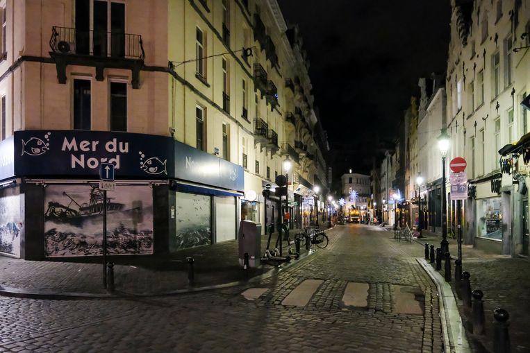 Lege straten in Brussel, waar de afgelopen maanden een avondklok van kracht was vanaf 22 uur. Beeld Marc Baert
