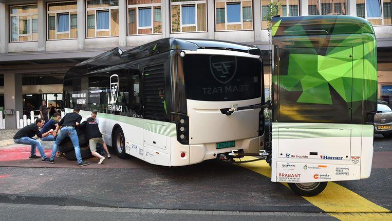 Studenten van de TU Eindhoven maken woensdag de weg vrij voor hun mierenzuurbus, die vandaag gaat rijden. Beeld Marcel van den Bergh