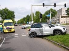 Auto belandt op zijn kop in Oss en beschadigt daarmee ook ander voertuig