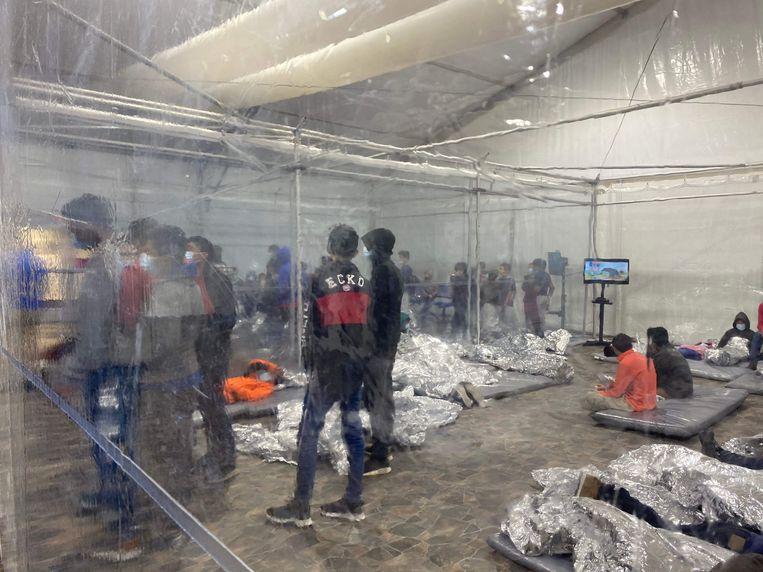 Een opvang voor migranten in Donna, Texas.  Beeld AFP