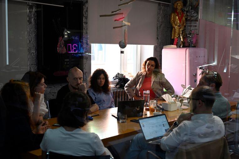 De redactievergadering waarin wordt overlegd welke gasten er worden uitgenodigd over de ban van Dozjd. In het midden, met het rode shirt, Natalia Sindeeva, oprichter en CEO van Dozjd. Beeld Yuri Kozyrev / Noor