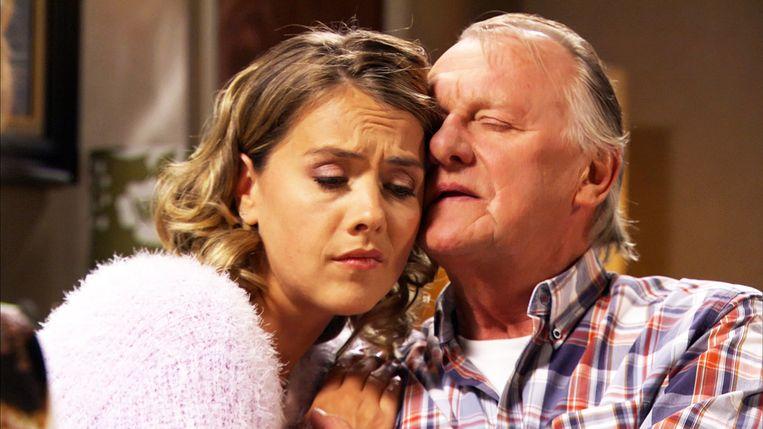 Papa Frank wuift zijn dochter Kaat uit.