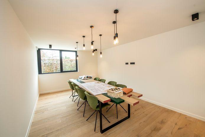 De vergaderruimte. De verlichting past ook perfect boven een eettafel.