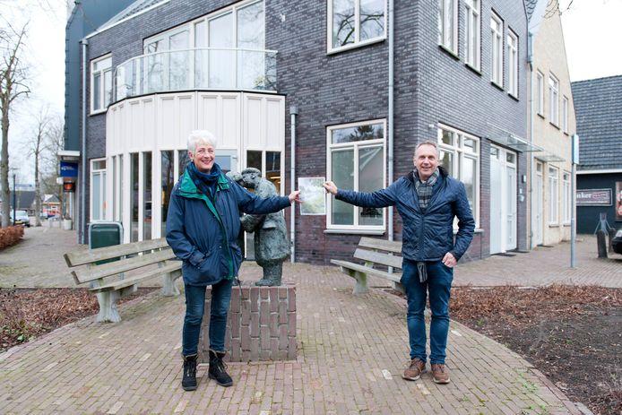 Samen met Cora Mossel (l), voorzitter van Belangenvereniging Bathmen, Daan Nikkels, Thijs Krijgsman en Silla Koops (werkgroep Bathmen 2035) is Henk Nikkels (r) de schakel geweest tussen Bathmen en Stichting Stimuland.