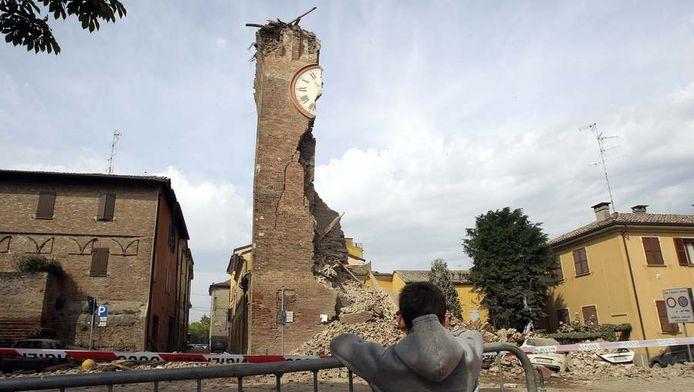 De aardbeving herleidde de klokkentoren in Finale Emilia tot een stomp. Een naschok legde hem helemaal tegen de vlakte.