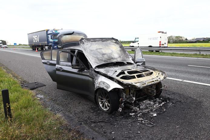 Op de A15 brandde vanmorgen een auto uit tussen Meteren en Deil.