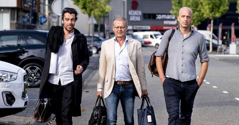 Advocaten Juriaan de Vries (l), Nico Meijering (m) en Christian Flokstra komen aan bij de extra beveiligde rechtbank in Amsterdam-Osdorp. Beeld ANP
