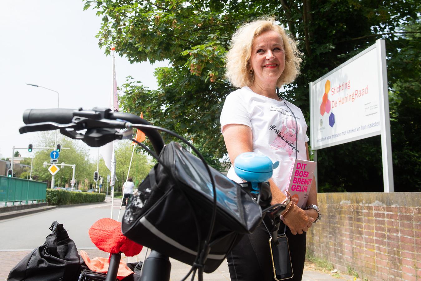 Evelien van der Werff fietst langs alle inloophuizen van Nederland. Hier is ze bij Stichting de Honingraad in Breda.