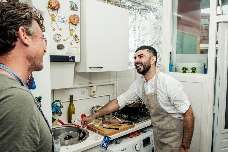 Gilles van der Loo maakt een Iraanse auberginestoof met Amir Boroun.  Beeld Jakob van Vliet