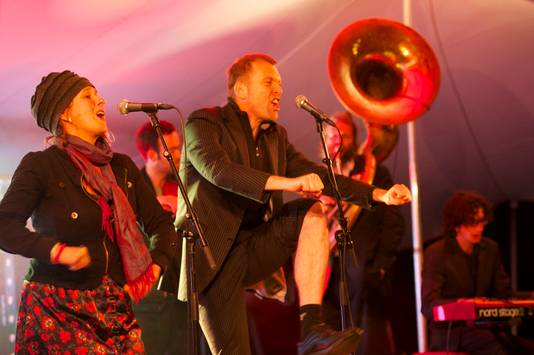 Jack Weijkamp en Lucy Legeland tijdens een optreden.