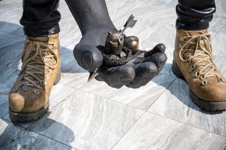 In de hand van het standbeeld van Nicole Eisenman zit een vogelnestje.  Beeld Tom Philip Janssen