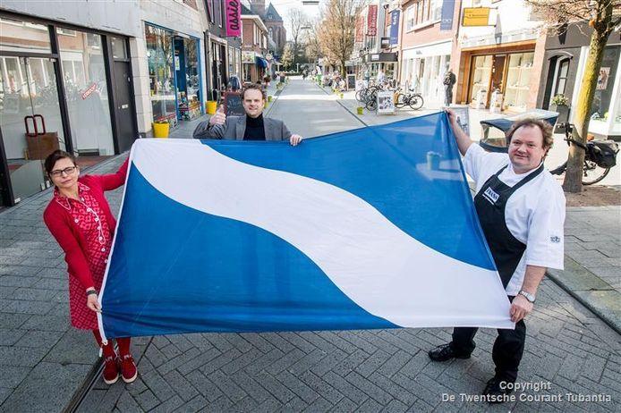 Winkeliers in de Wemenstraat willen in ieder geval meer vlaggen: Corinne Oostrom, Ben van Veen en Frans van Dijken (vlnr).