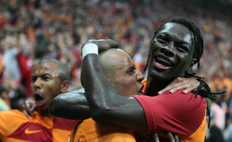 Feghouli en Gomis aan het feest. Beeld photo_news