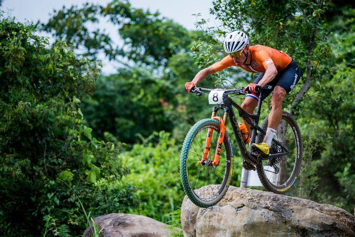 Milan Vader tijdens het mountainbiken op de Olympische Spelen in Japan.