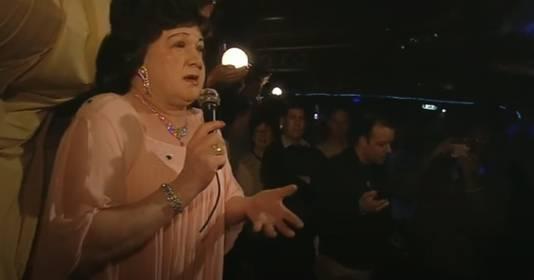 Het laatste optreden van Jan als de Zangeres zonder Naam in de Tilburgse boot De Albatros.