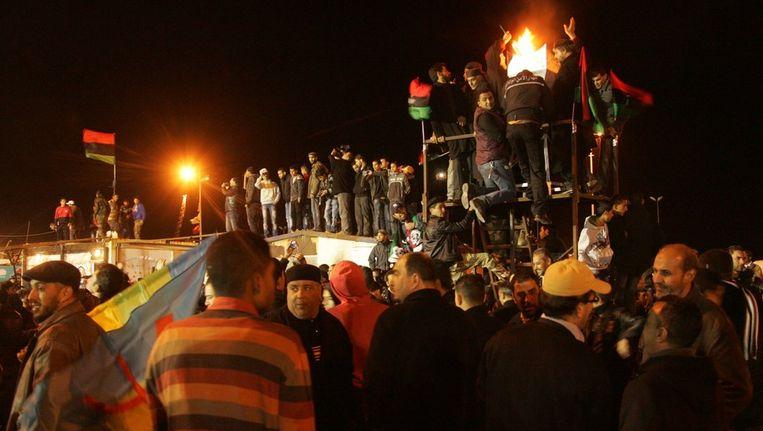 Libiërs vierden gisteren feest om te herdenken dat het een jaar geleden is dat de opstand tegen Kaddafi begon. Ondertussen heeft het land wel te maken met een nieuw probleem; het in toom houden van de losgeslagen milities. © AFP Beeld