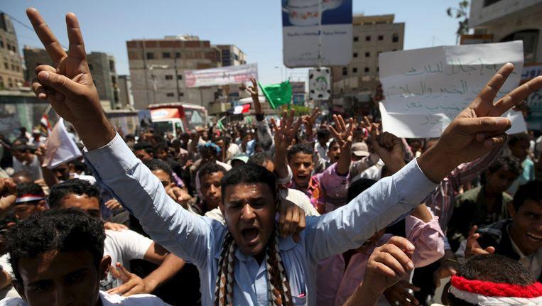 Tegenstanders van de Houthi's gingen vandaag in de stad Taiz in Jemen de straat op om te laten weten dat ze de Saoedische luchtaanvallen steunen. Beeld reuters