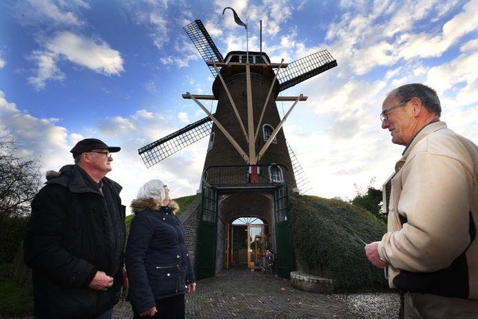 Molenaar Bertus van Zijderveld (rechts) ontvangt zijn collega Johan van Kaam en diens vrouw Annie bij korenmolen De Bouwing in Geldermalsen.