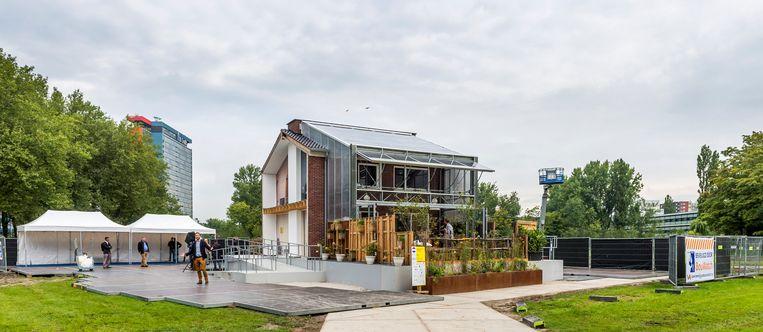 Exterieur van het meest duurzame rijtjeshuis op de campus van de TU Delft. Het studententeam heeft gekozen voor het verduurzamen van een bestaand rijtjeshuis uit de jaren '60. Door het aanbrengen van een 'tweede huid' waaronder een glazen constructie aan de zonzijde, kan het huis helemaal op zonne-energie draaien. Beeld ANP