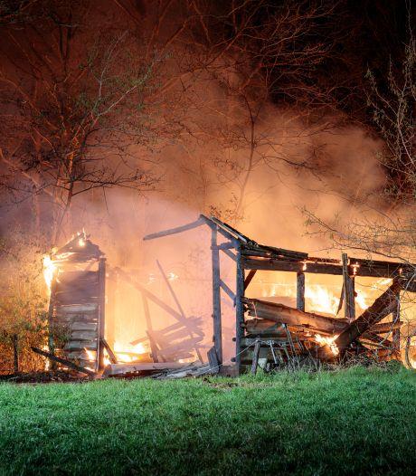 Grote brand verwoest hooischuur tussen Dalfsen en Ommen