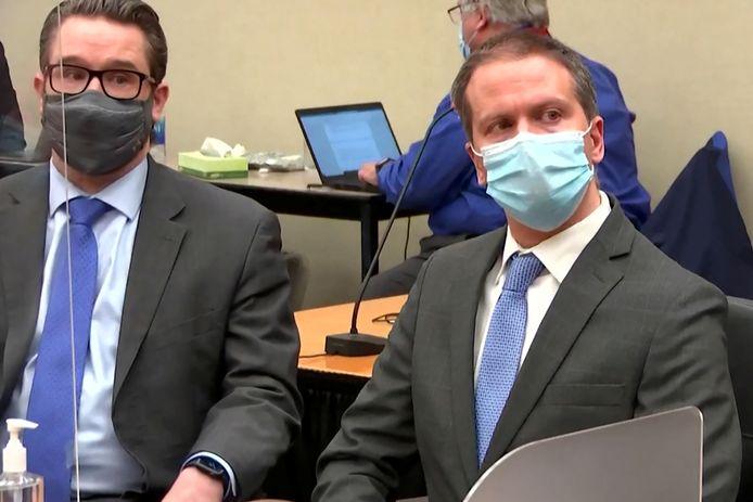 Advocaat Eric Nelson (links) en Derek Chauvin in de rechtbank tijdens het proces tegen Chauvin.