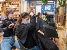 Voedselbankklanten in Hardenberg geknipt voor en door kappersleerlingen: 'Met frisse coup het voorjaar in'