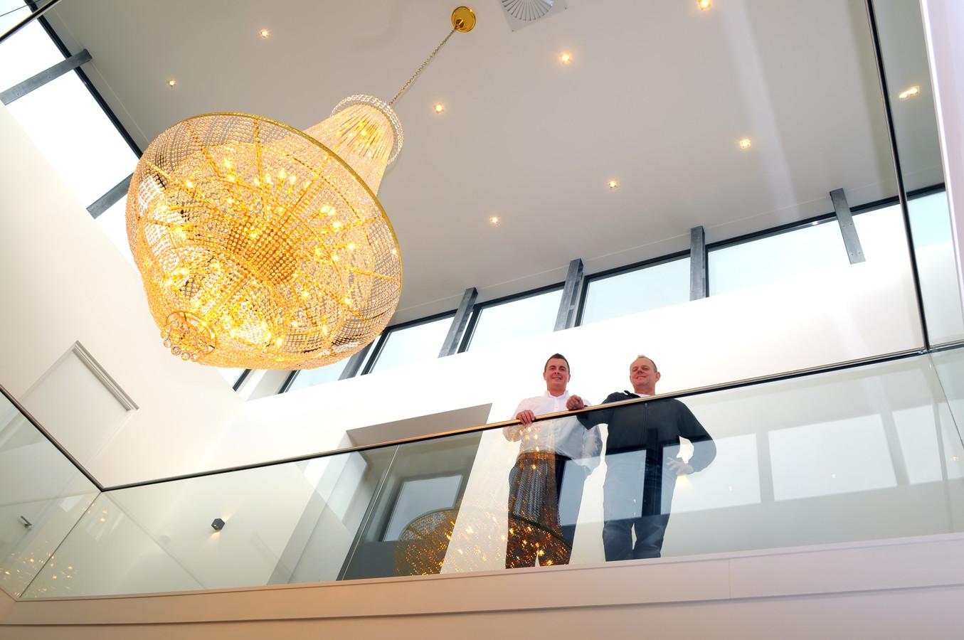Ruud Schoone uit Zevenbergen (rechts) heeft het 'Huis van Hoppen' in Prinsenbeek gekocht, samen met zijn partner Jorg Braat. Ze wonen er al, het is nog niet helemaal af. Foto Jan Stads / Pix4Profs