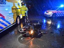 Scooter botst hard tegen paaltjes in Bergeijk, bestuurder gewond
