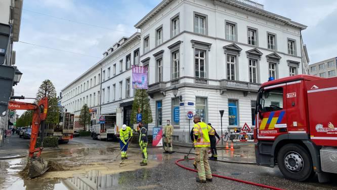 Arbeiders doorprikken waterleiding, brandweer moet rijbaan komen reinigen