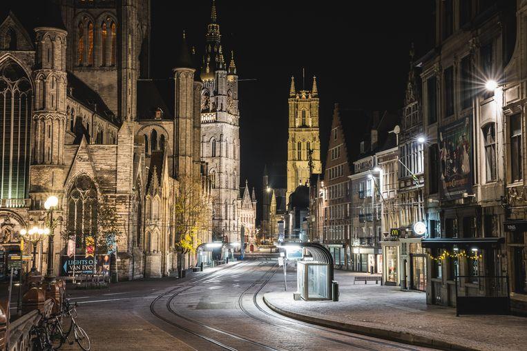 De avondklok, hier in de binnenstad van Gent, wordt om middernacht opgeheven.  Beeld Wannes Nimmegeers