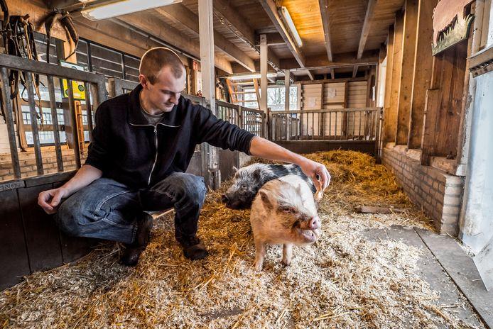 Teddy en Beer krijgen brood van Wouter op de stadsboerderij Buytendelft